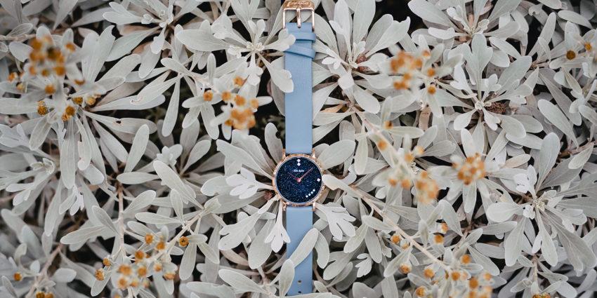 青いバンドの時計