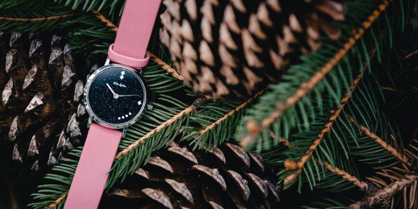 ピンク色のバンドの時計